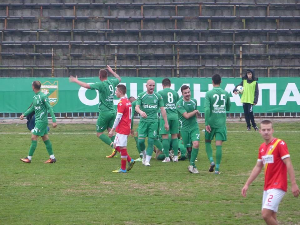 Стефан Лачов поздравява публиката след решителния втори гол