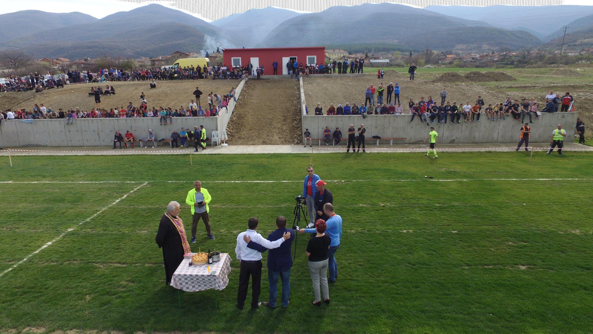 Преди първия домакински мач на ФК Милеви скали срещу Коба (Радилово) отец Кирил отслужи водосвет.