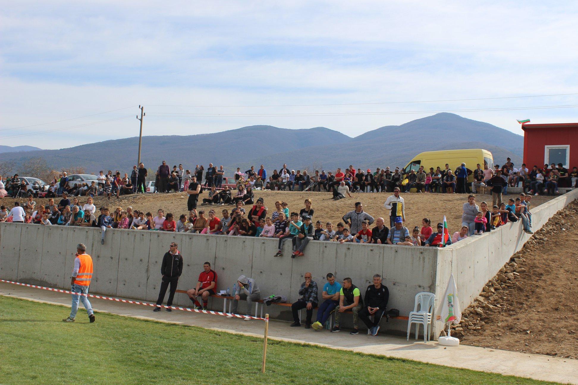 На откриването присъстваха над 300 фенове.