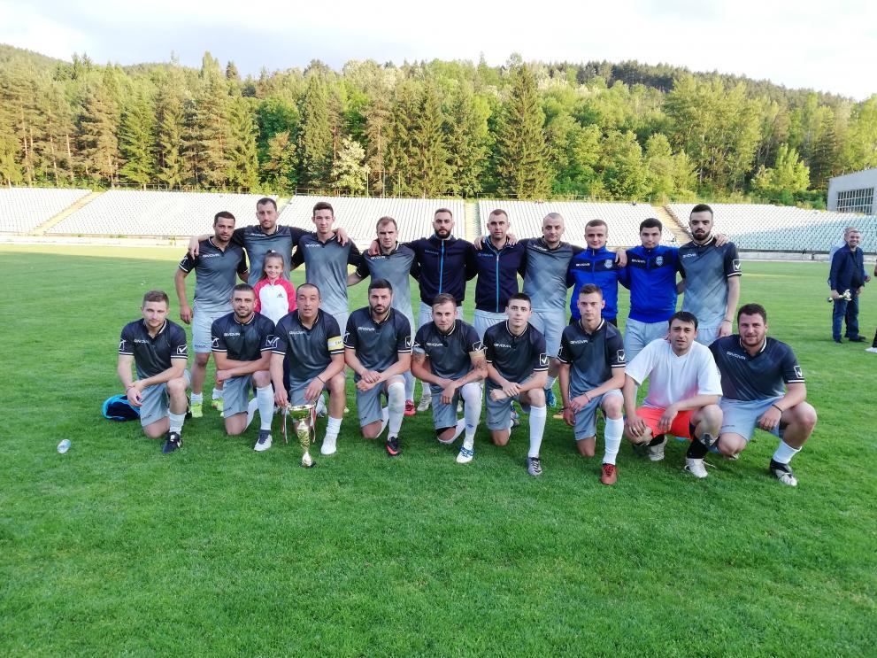 След драма с дузпи, ФК Кюстендил загуби първия бараж срещу Перун (Кресна) въпреки по-добрата си игра в редовното време. След изпадането на Велбъжд, това е последния шанс Кюстендил да има отбор поне в Трета лига. От ръководството на ФК Кюстендил се надяват феновете да подкрепят отбора. Кюстендилските фенове не приемат еднозначно ФК Кюстендил, тъй като е нов отбор, а исторически те са свързани емоционално повече с Велбължд.
