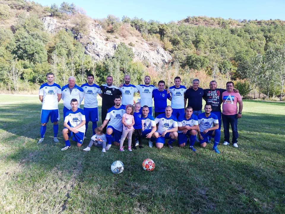 Отборът на Зенит е едноличен лидер в класирането на пет точки пред Левски (Ракитово) и Свобода.