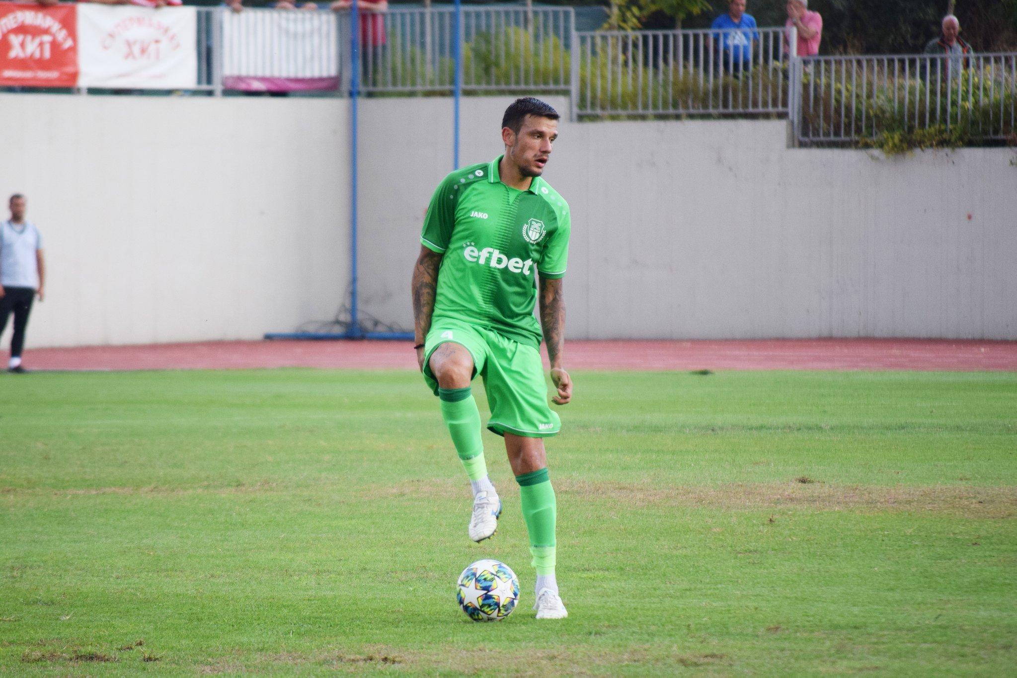 В началото на месеца бившият защитник на Локомотив (Пловдив) претърпя операция на менискус.